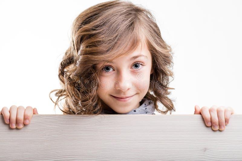 微笑的年轻金发女孩 免版税库存照片