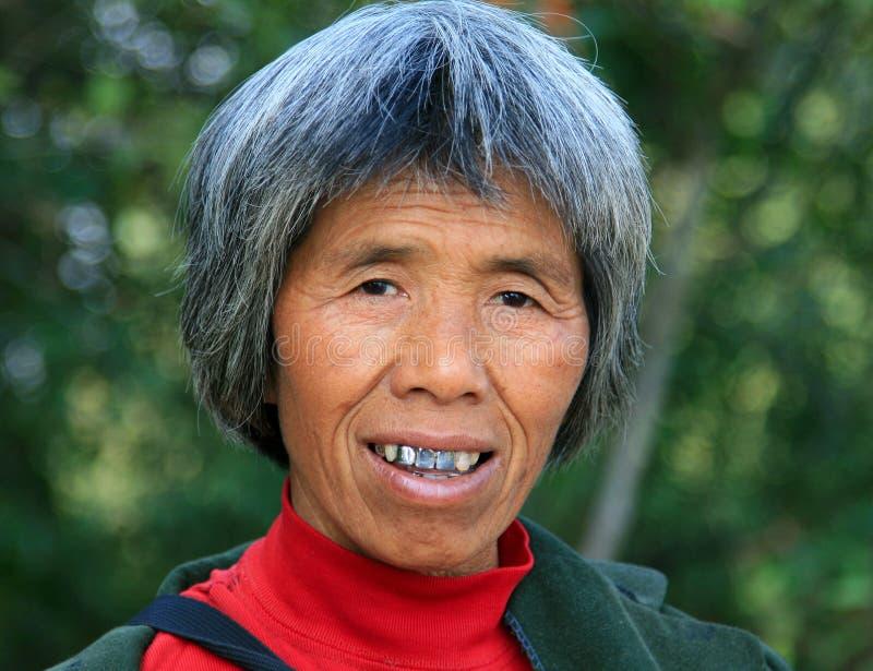 微笑的年长中国妇女 库存图片