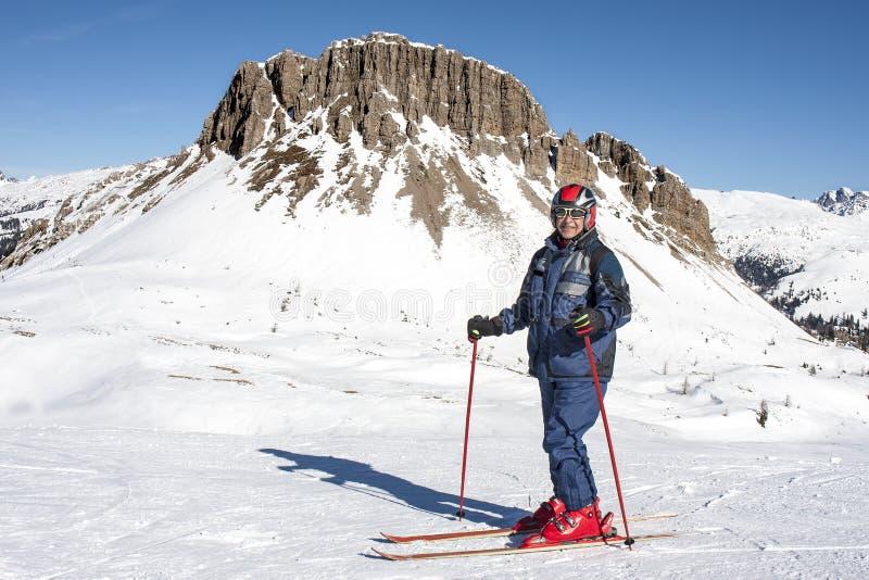 微笑的年长人滑雪雪白云岩 免版税图库摄影
