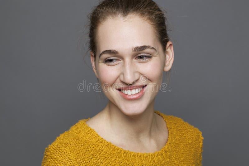 微笑的20s女孩的发光的幸福概念 免版税库存图片