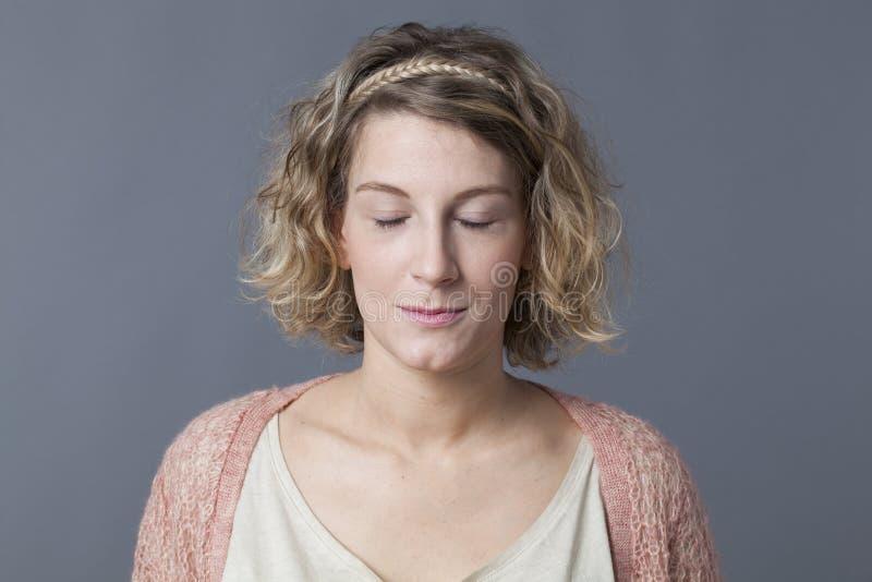 微笑的20s白肤金发的妇女的禅宗放松 免版税库存照片