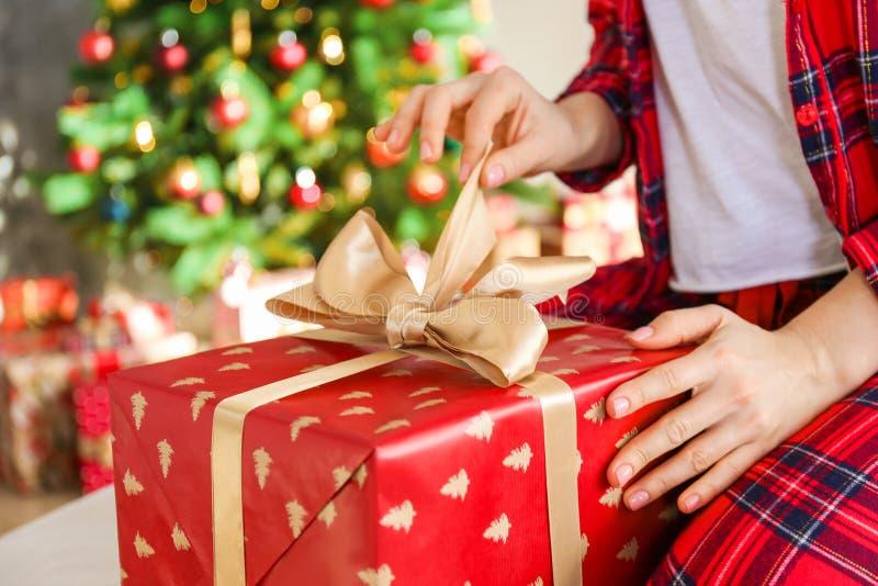 微笑的beautifu妇女佩带的睡衣在圣诞节早晨 图库摄影