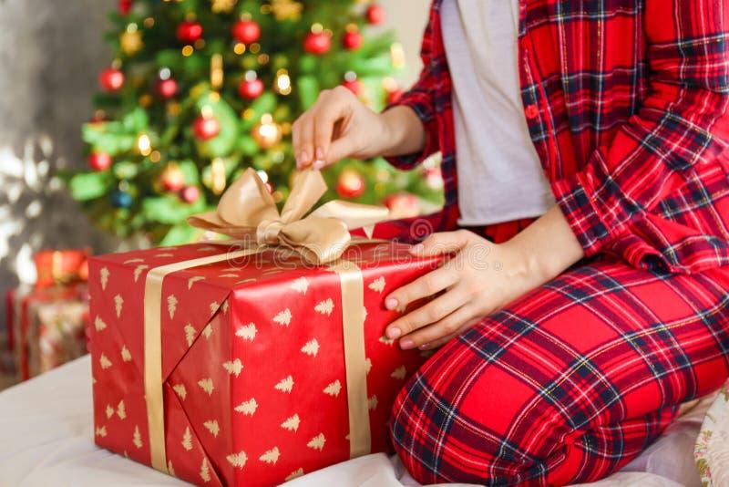 微笑的beautifu妇女佩带的睡衣在圣诞节早晨 库存图片