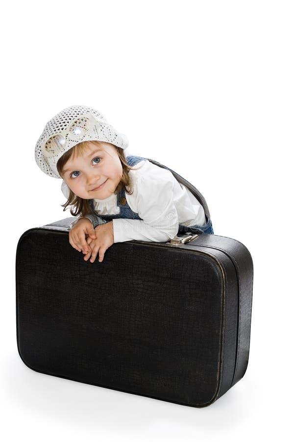 微笑相当带着老手提箱的小女孩 免版税库存图片