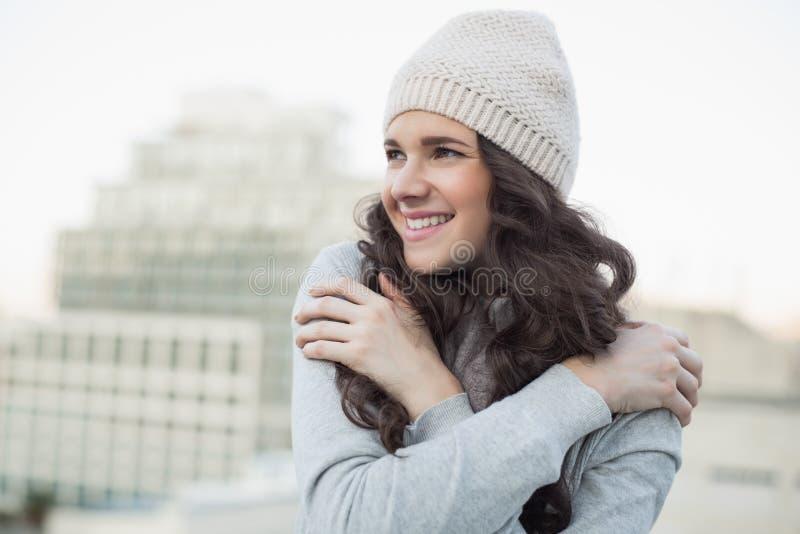 微笑相当年轻深色发抖 免版税库存照片