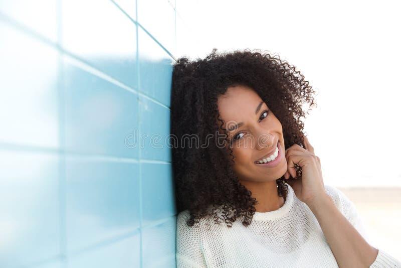 微笑确信的少妇户外 免版税库存图片