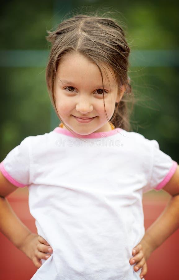 微笑美丽的女孩少许户外 免版税库存照片