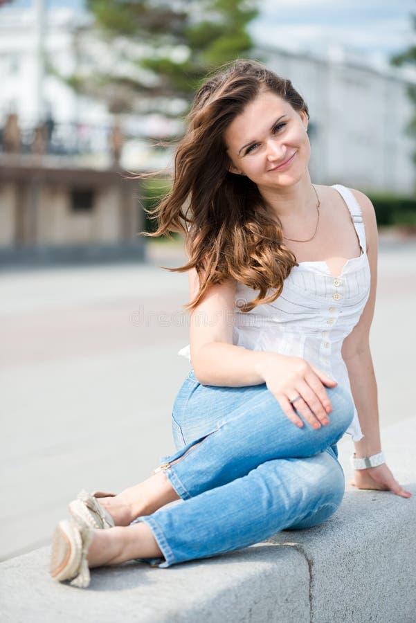 微笑美丽的欧洲的妇女户外 库存照片