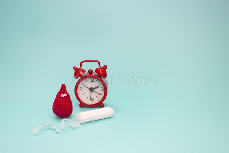微笑钩针编织血液下落、月经棉塞和红色闹钟 月经有益健康的妇女卫生学 妇女重要天, gynecolo 库存照片