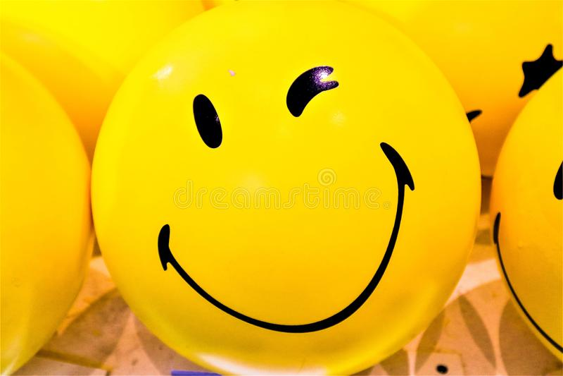 微笑黄色气球 库存照片