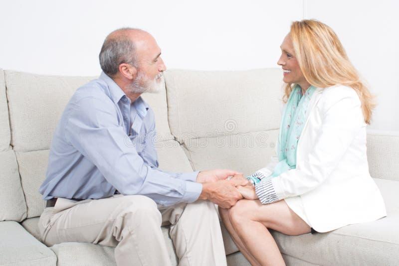 微笑年长的夫妇谈话和 免版税库存照片
