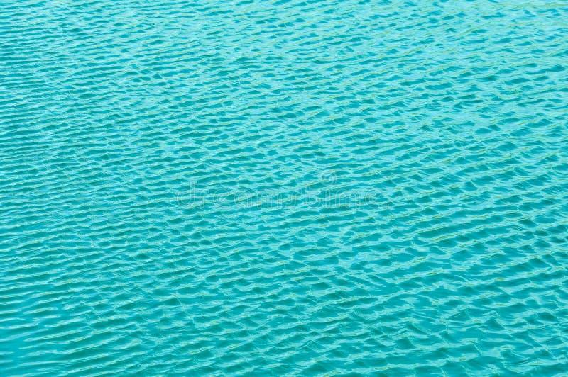 微风挥动水和形式波浪 库存图片