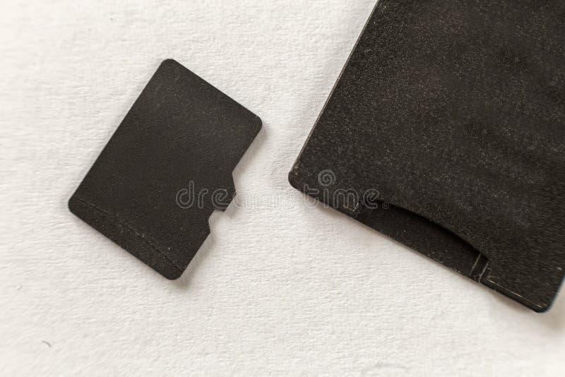 微SD内存特写镜头和在白色拷贝空间背景隔绝的SD适配器 r 库存照片