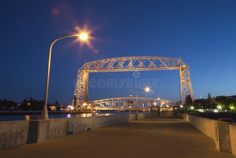 德卢斯升降吊桥在晚上 库存照片