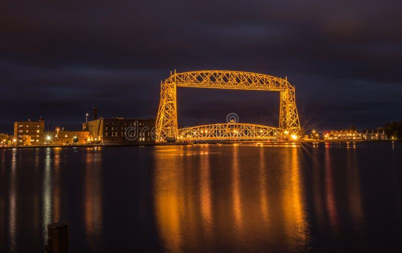 德卢斯空中升降吊桥在晚上 免版税图库摄影