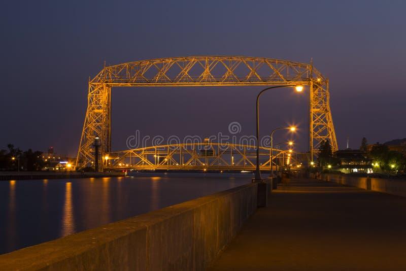 德卢斯空中升降吊桥夜 库存照片