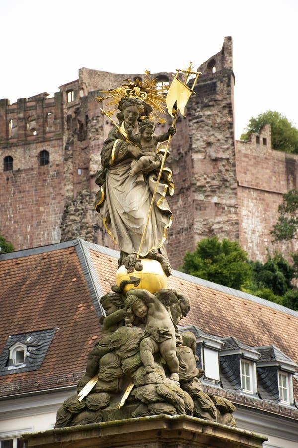 德国人和外国人在玉米市场上的旅客人走和参观madonna雕象在海得尔堡,德国 免版税库存图片