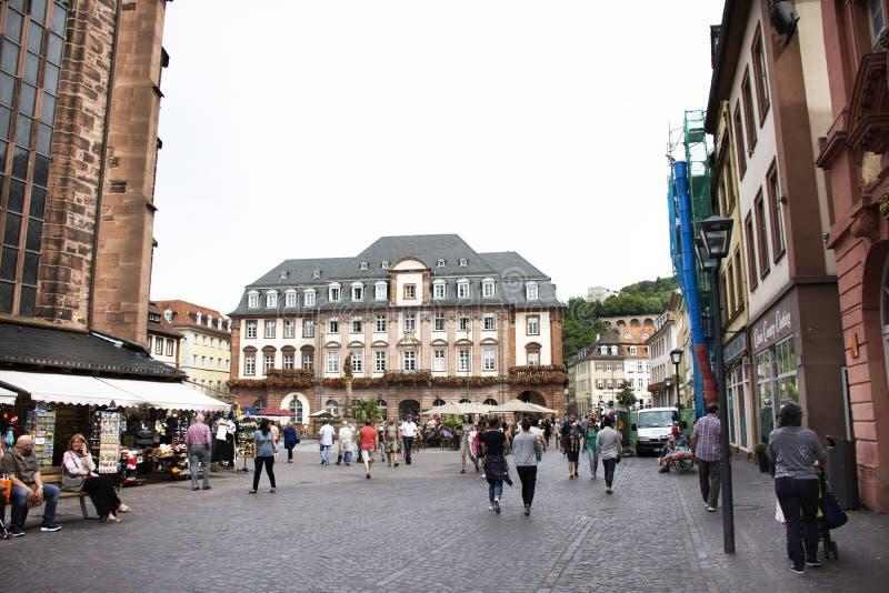 德国人和外国人走旅客的人和参观heidelbeger市场在海得尔堡,德国 库存照片
