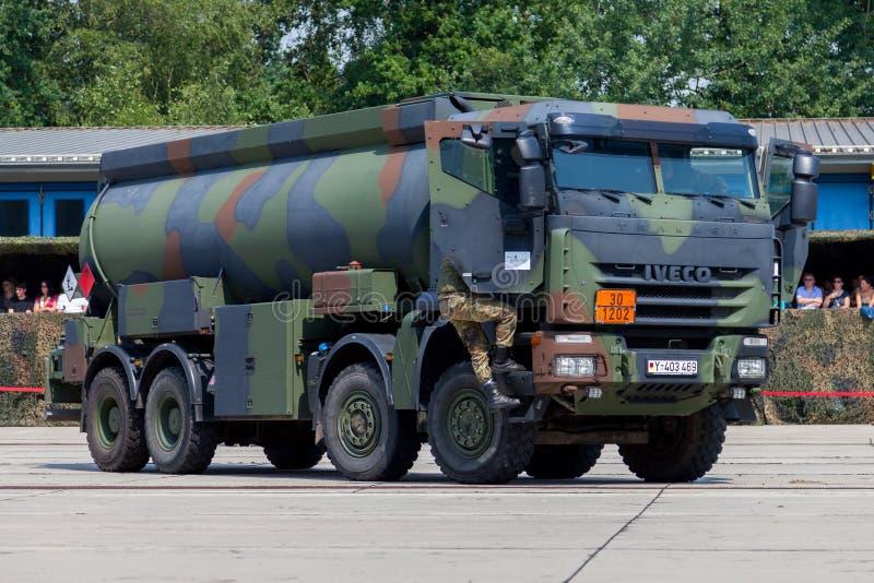 德国军事欧霸8x8罐车 库存照片
