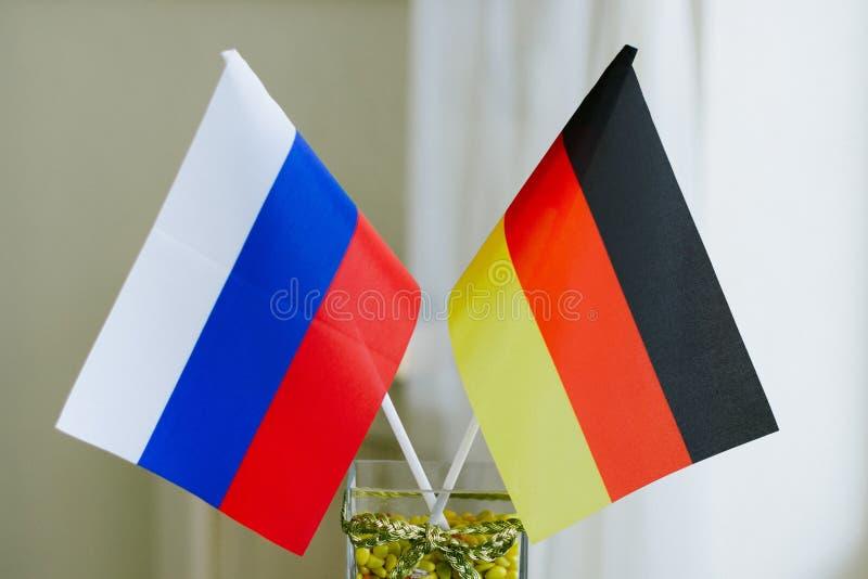 德国和俄国旗子在玻璃同心协力 免版税库存图片