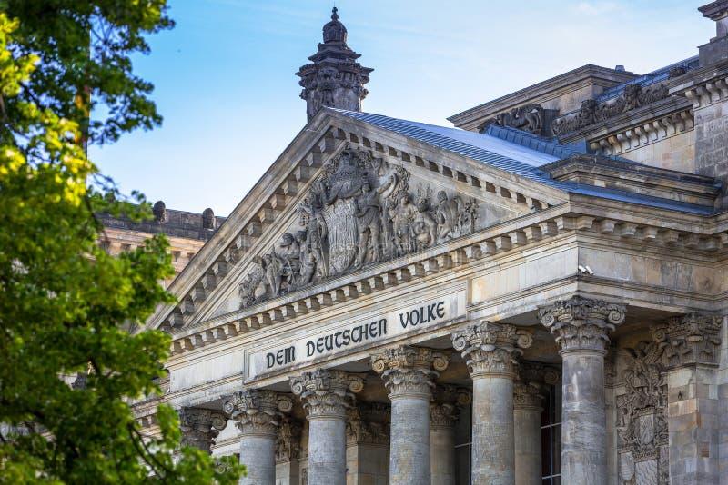 德国国会大厦在柏林,德国 德国议会housewith标志& x22;dem deutschen volke& x22;-德国人民 免版税库存照片