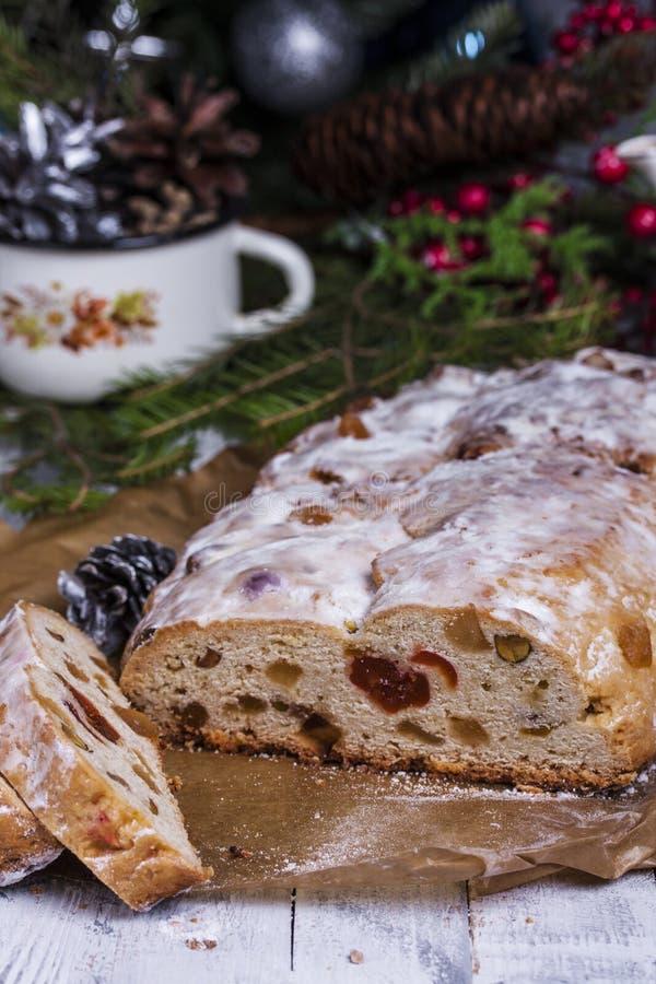 德国圣诞节蛋糕Stollen用干燥果子和坚果 免版税库存照片