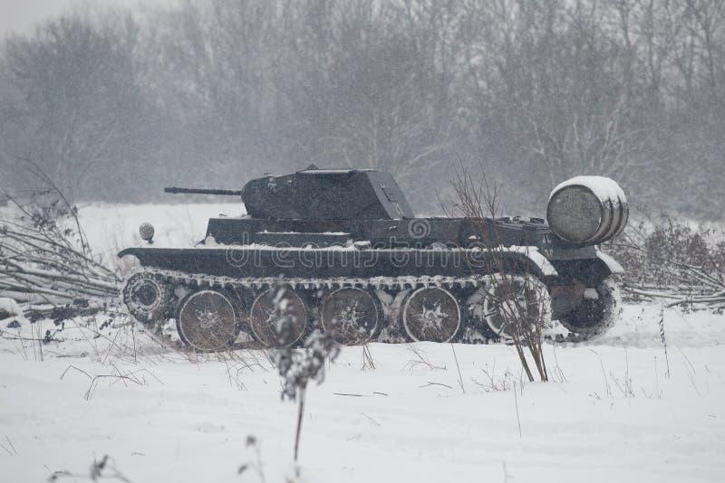 德国坦克PzKpfw II Ausf D在攻击前的多雪的森林里对苏联军队的位置 军事历史reconst 免版税库存照片