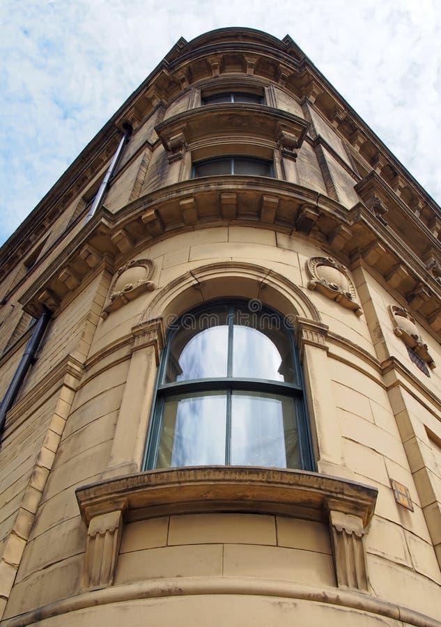 德国小商界19世纪高石新古典主义建筑华丽的弧形窗户透视 免版税图库摄影