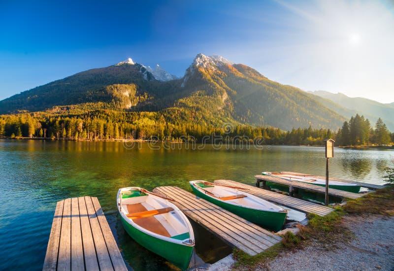 德国巴伐利亚州Hintersee湖上令人惊叹的秋景,船泊在木制码头 免版税图库摄影