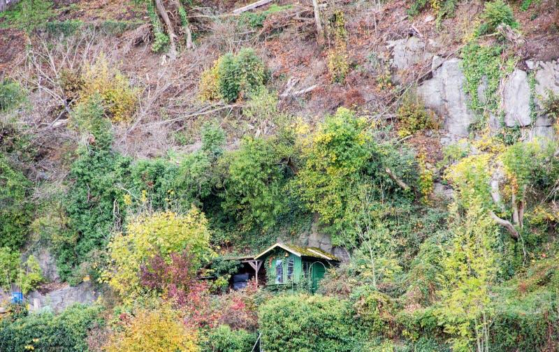 德国帕绍附近一处石墙上的小棚屋 免版税库存照片