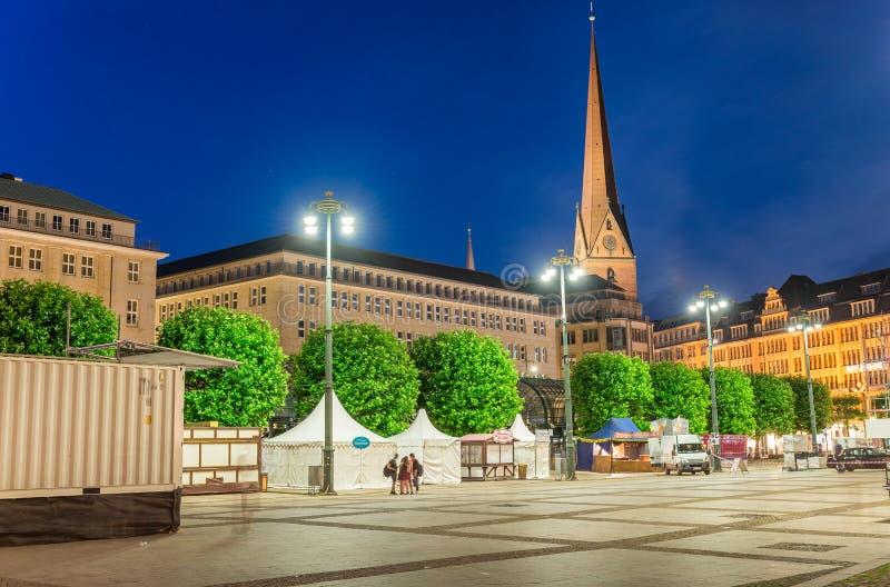 德国汉堡 城市城镇厅广场在晚上 免版税库存照片