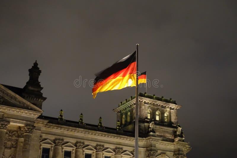 德国沙文主义情绪在Reichstag大厦的风在晚上 免版税库存图片