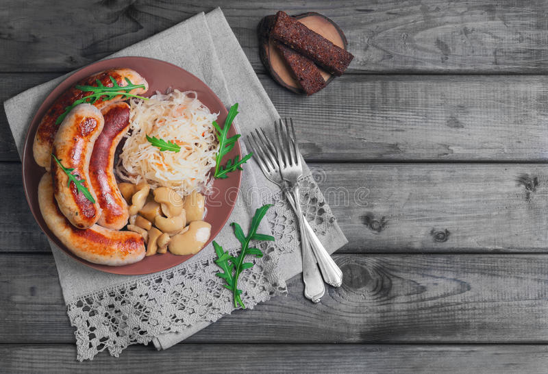 德国泡菜用油煎的慕尼黑香肠 免版税库存图片
