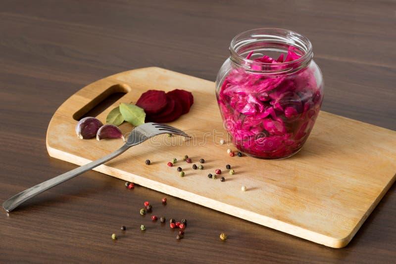 德国泡菜用甜菜和香料在一个玻璃瓶子 库存照片