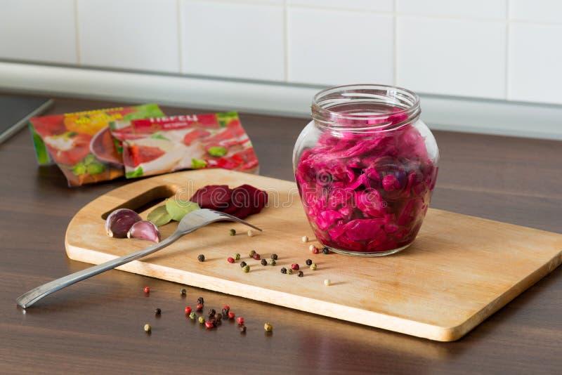 德国泡菜用甜菜和香料在一个玻璃瓶子 免版税库存图片