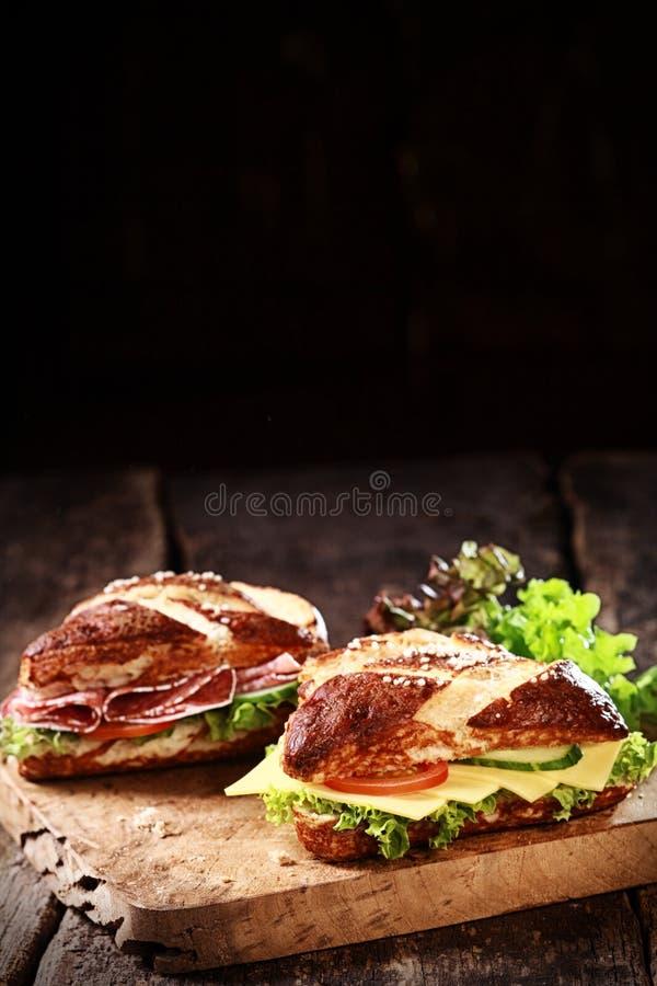 德国灰汁滚动用乳酪和蒜味咸腊肠 免版税库存图片