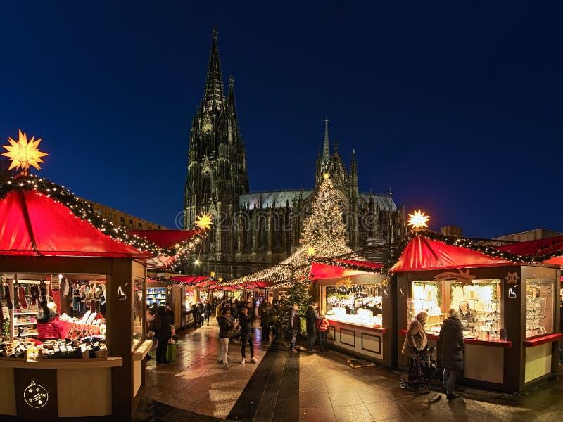 德国科隆大教堂前的圣诞市场 免版税图库摄影