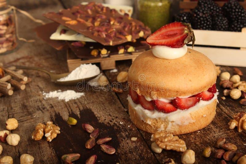德国蛋糕用草莓和奶油 免版税库存图片