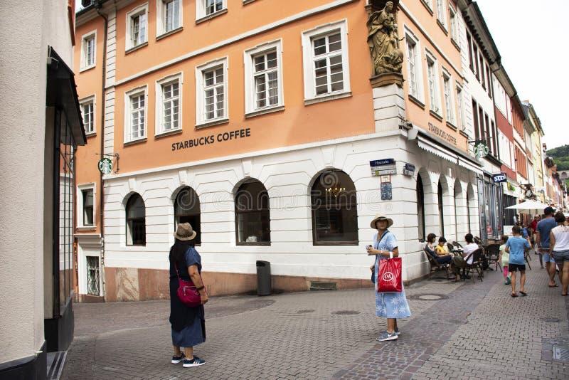 德国走参观的人民和外国旅客和坐在海德尔伯格老镇吃和喝在海得尔堡,德国 库存图片