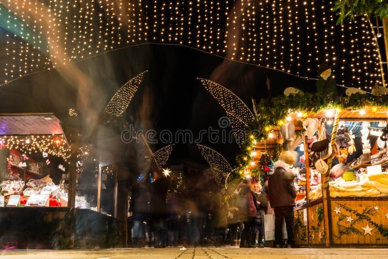 德国通过户外St的圣诞节市场长的曝光人民 库存照片