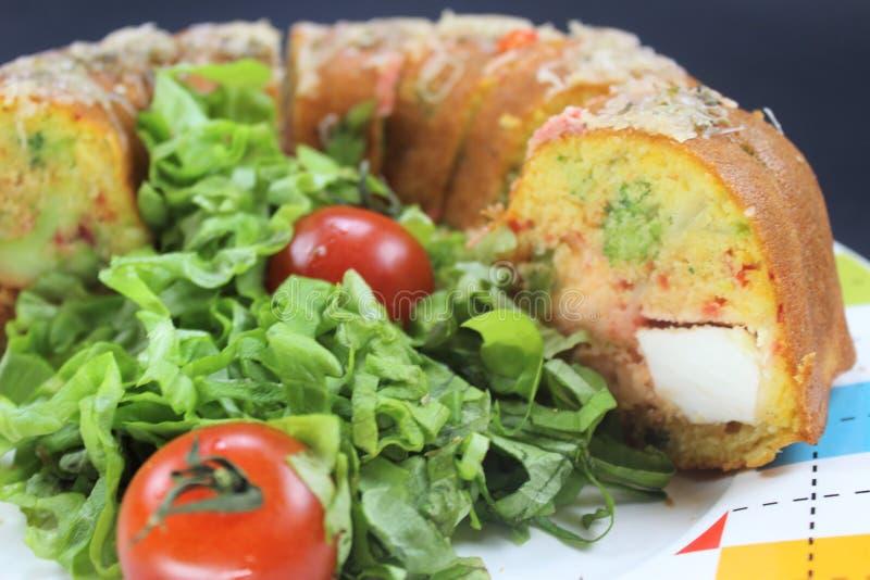 德国食物gugelhupf,有趣的食物和乐趣食物玉米面面包,充满希腊白软干酪,硬花甘蓝 免版税图库摄影