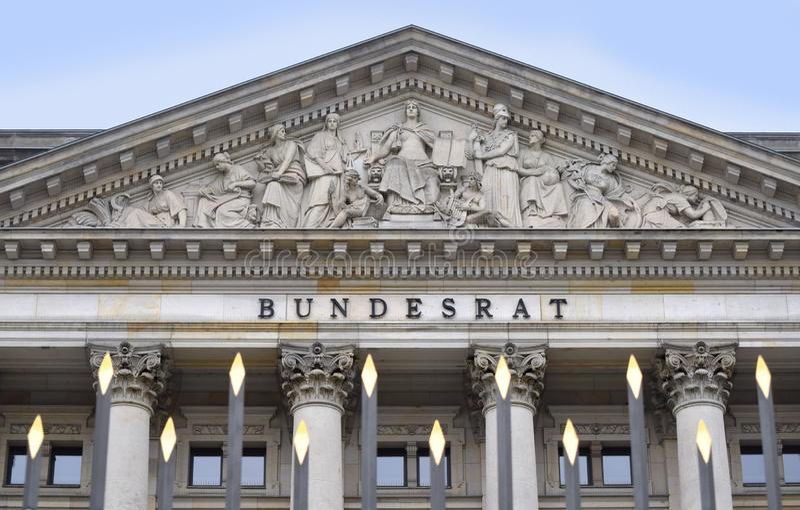 德国,在篱芭上的看法的联邦理事会的历史建筑 免版税图库摄影