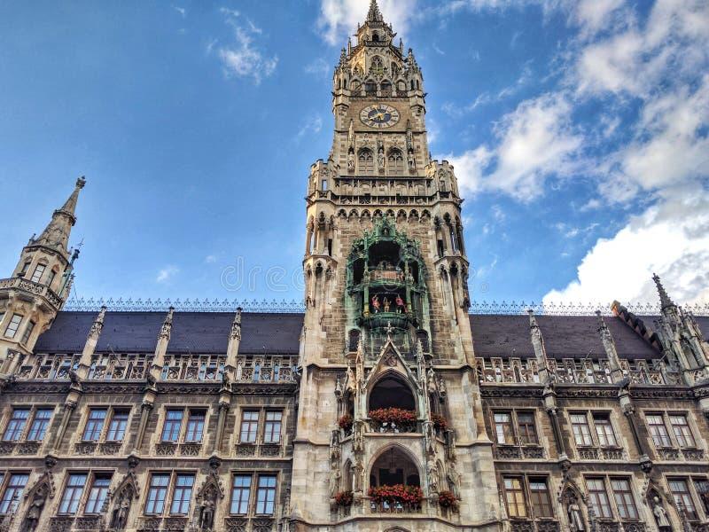 德国,巴伐利亚,慕尼黑,玛利亚广场 新村城镇厅Neues Rathaus的门面的著名钟楼和部分在城市 库存照片