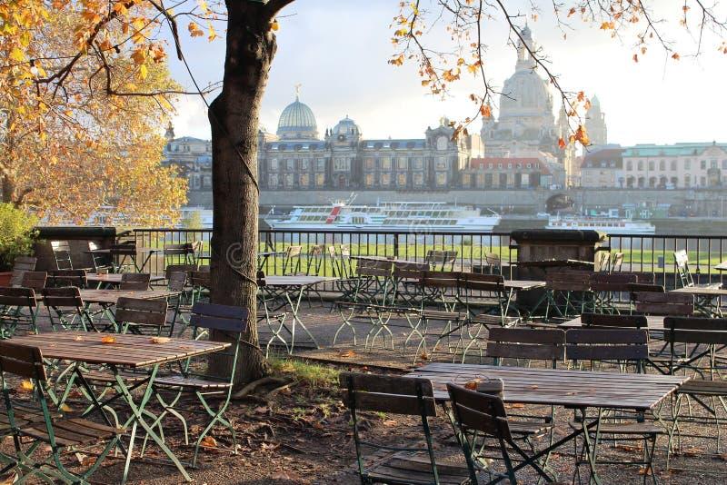 德国,德累斯顿:夏天咖啡馆游廊在城市的背景中 免版税图库摄影