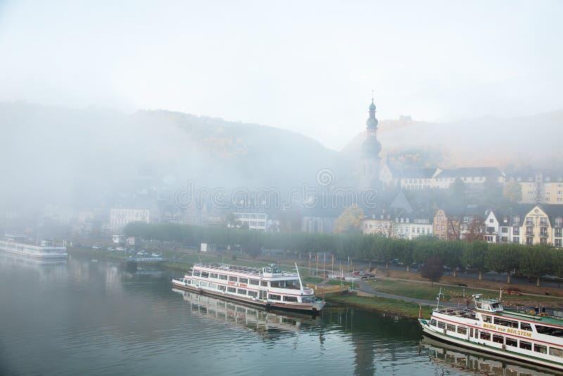 德国,科赫姆18 jctober 2018年 白色大船早晨使模糊在睡觉城市的停泊处 库存图片