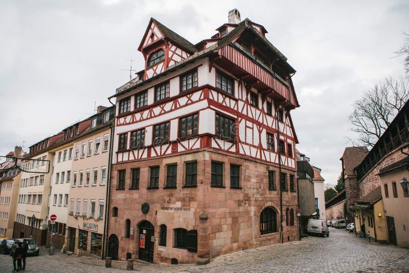 德国,纽伦堡, 2016年12月27日:奥尔布雷克特Durer ` s议院 一个著名大厦在城市 视域 免版税库存照片