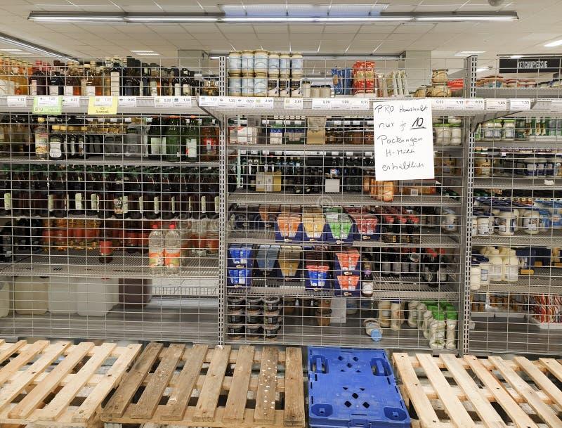 德国GEISLINGEN AN DER STEIGE,2020年3月16日:超市空货盘限制牛奶 免版税图库摄影