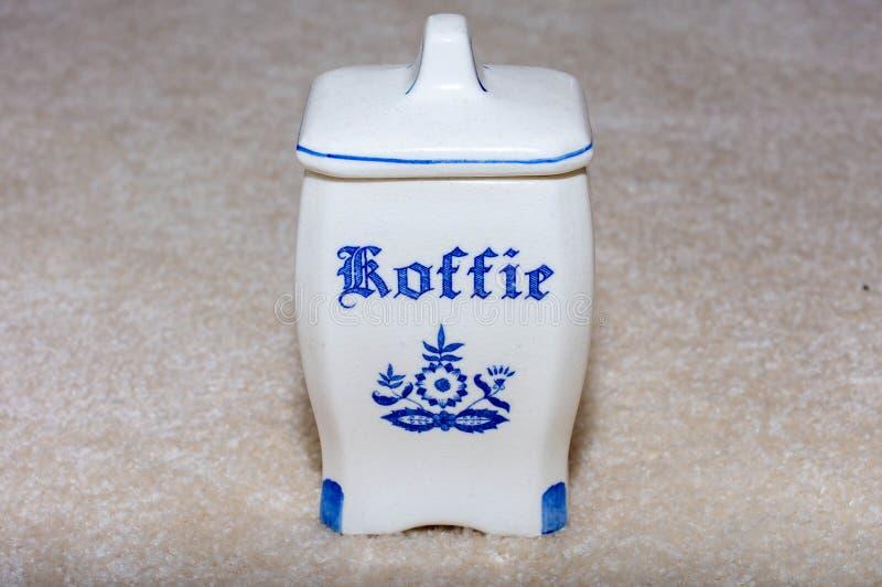 德尔福特蓝色咖啡Koffie容器 从荷兰/荷兰的著名瓷纪念品 在织地不很细米黄背景 免版税库存照片