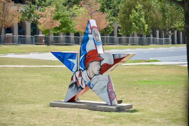 德州游骑兵棒球运动员展览在地球生活体育场外面 免版税库存照片