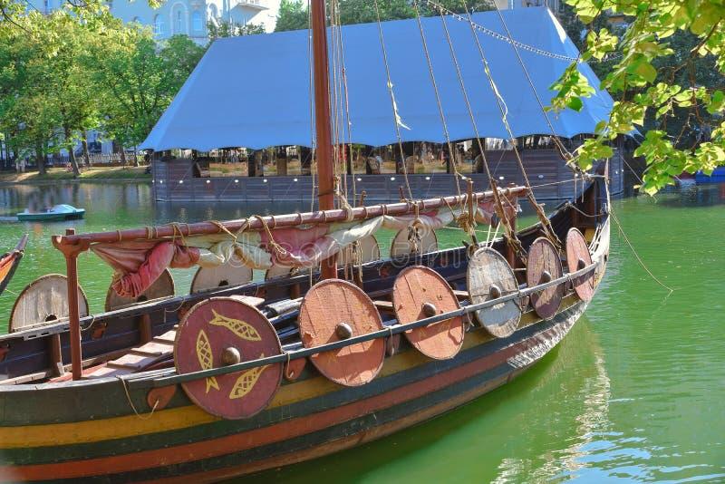 德拉卡尔北欧海盗,在船的盾 向量例证